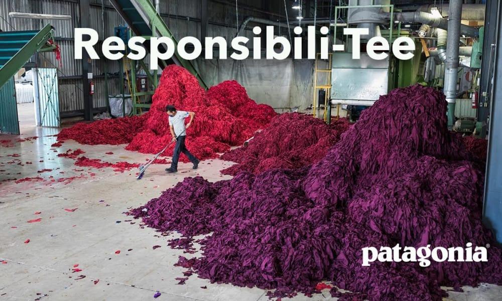 Pracovník zametá sklad plný textilných zvyškov na výrobu ResponsibiliTee